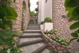 Pasillos y vestíbulos de estilo  por Imperatore Architetti