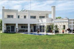 Projekty, nowoczesne Domy zaprojektowane przez La Casa G: La Casa Sustentable en Argentina