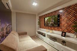 Apartamento Ribeirão Preto: Salas multimídia modernas por Designer de Interiores e Paisagista Iara Kílaris