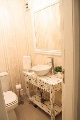 Projeto de Arquitetura de Interiores - Apartamento Casal: Banheiros ecléticos por Sarah & Dalira