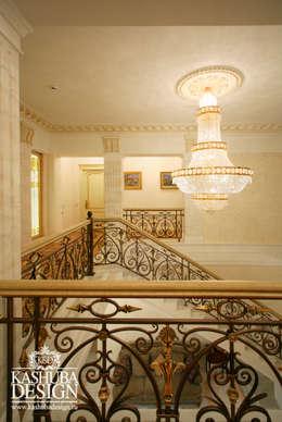 Дом космополит: Прихожая, коридор и лестницы в . Автор – KASHUBA DESIGN
