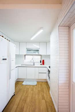 modern Kitchen by 지오아키텍처