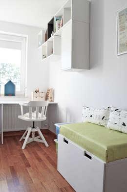 widok na półki i ławę ze schowkiem: styl , w kategorii Pokój dziecięcy zaprojektowany przez Denika