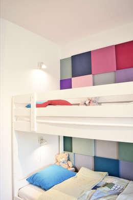 widok na łóżko i miękką okładzinę ścienną: styl , w kategorii Pokój dziecięcy zaprojektowany przez Denika