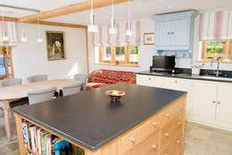 مطبخ تنفيذ Design by Deborah Ltd