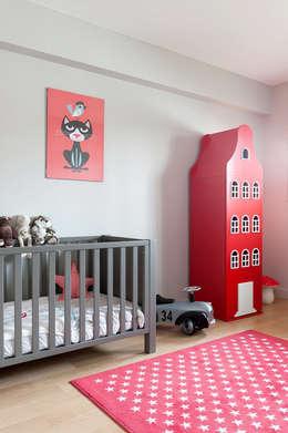 Triplex Ile de la Jatte: Chambre d'enfant de style de style Moderne par am alexandra magne