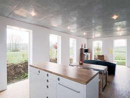 غرفة المعيشة تنفيذ f m b architekten - Norman Binder & Andreas-Thomas Mayer