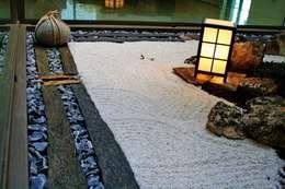 Jardines con piedras de estilo  por Jardines Japoneses -- Estudio de Paisajismo