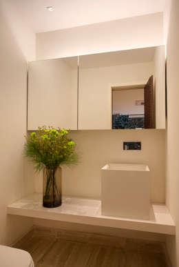 modern Bathroom by Gisele Taranto Arquitetura