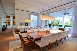 Casa Terra Ville I: Salas de jantar modernas por Studio Cinque