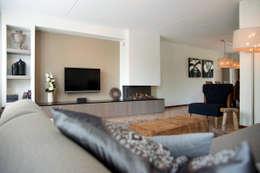 Overzicht van de woonkamer met haard: moderne Woonkamer door Hemels Wonen interieuradvies en ontwerp