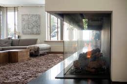 Moderne gashaard: moderne Woonkamer door Hemels Wonen interieuradvies en ontwerp