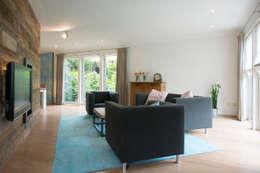 Woonkamer zicht naar eetkamer: landelijke Woonkamer door Hemels Wonen interieuradvies en ontwerp