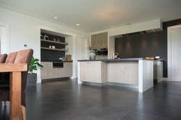Moderne houten keuken: moderne Keuken door Hemels Wonen interieuradvies en ontwerp