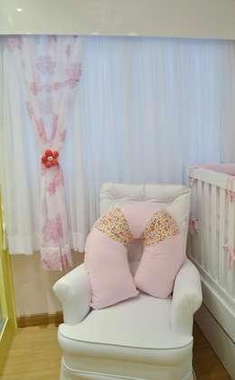 Dormitório de bebê compacto: Quarto infantil  por Ésse Arquitetura e Interiores