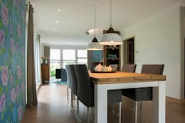 De eetkamertafel met moderne stoelen en antieke lampen: moderne Eetkamer door Hemels Wonen interieuradvies en ontwerp