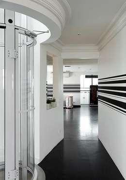 Triplex Moema: Corredores e halls de entrada  por STUDIO CAMILA VALENTINI