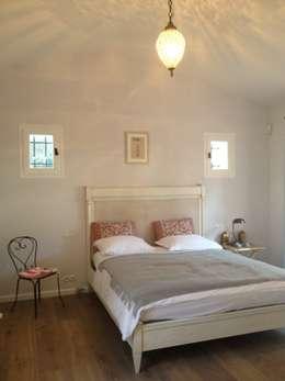 chambre à coucher: Chambre de style de style Classique par FLEURY ARCHITECTE