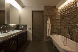 Baños de estilo moderno por kababie arquitectos