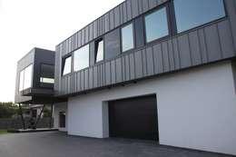 Dom ZESTAWNA : styl , w kategorii Garaż zaprojektowany przez REFORM Konrad Grodziński