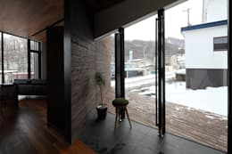 宮の森の家: 株式会社コウド一級建築士事務所が手掛けた廊下 & 玄関です。