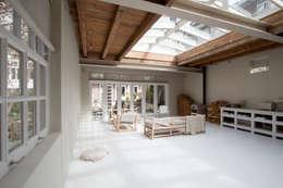 woonkamer: eclectische Woonkamer door Architectenbureau Vroom