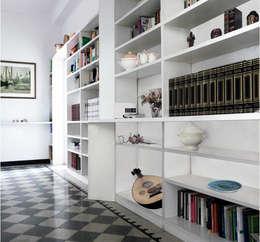 Vestíbulos, pasillos y escaleras de estilo  por Interni d' Architettura