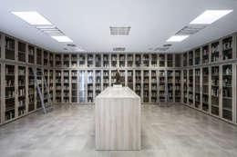 Sala multimedia de estilo  por Hernández Arquitectos