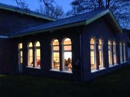 het huis in de kennemer bossen: landelijke Huizen door Architectenbureau Vroom