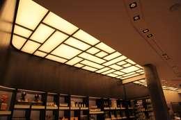 Plafond lumineux: Locaux commerciaux & Magasins de style  par Morosini