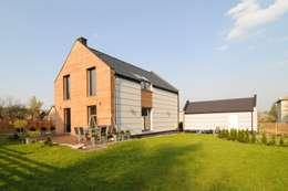 Widok od strony ogrodu: styl nowoczesne, w kategorii Domy zaprojektowany przez APLUS Studio Architektury Maciej Skaza