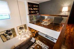 Widok z antresoli: styl , w kategorii Salon zaprojektowany przez Viva Design - projektowanie wnętrz