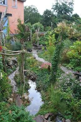 Blick von der Aussichtsterrasse: tropischer Garten von Gartenarchitekturbüro Timm