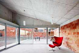 Salas / recibidores de estilo industrial por Pepe Gascón arquitectura