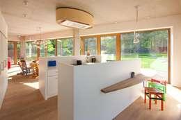 passiefwoning te Blanden: moderne Keuken door hasa architecten bvba