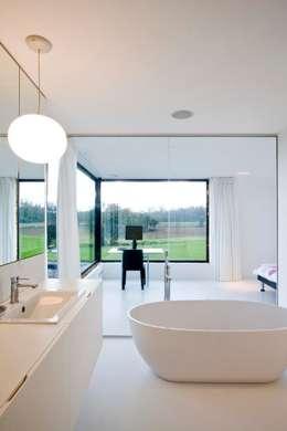 Baños de estilo moderno por hasa architecten bvba