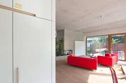 passiefwoning te Blanden: moderne Woonkamer door hasa architecten bvba