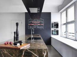 Fotografenloft: minimalistische Küche von Bruzkus Batek Architekten