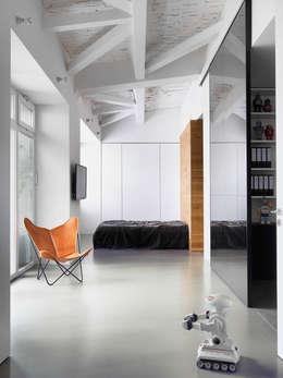 Fotografenloft: minimalistische Schlafzimmer von Bruzkus Batek Architekten