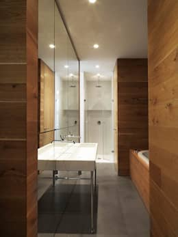 Fotografenloft: minimalistische Badezimmer von Bruzkus Batek Architekten