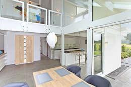 Projekty,  Jadalnia zaprojektowane przez DAVINCI HAUS GmbH & Co. KG