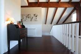 Pasillos y hall de entrada de estilo  por Canexel