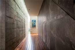 Pasillo : Pasillos y recibidores de estilo  por GRUPO VOLTA