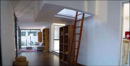 intérieur drophouse: Salon de style de style Moderne par D3 architectes