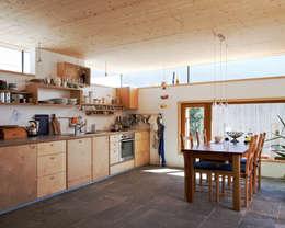 Transformation zum Zweiparteienhaus: skandinavische Küche von Architekt Daniel Fügenschuh ZT GMBH