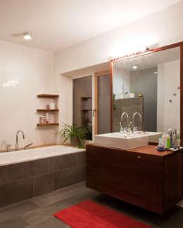 Transformation zum Zweiparteienhaus: moderne Badezimmer von Architekt Daniel Fügenschuh ZT GMBH