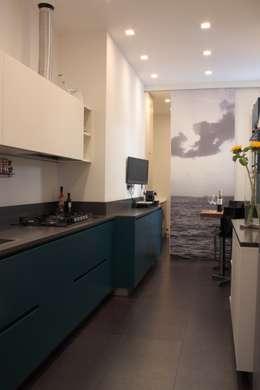 cucina con scorcio su lavanderia: Cucina in stile in stile Moderno di Gaia Brunello | Photo&HomeStaging