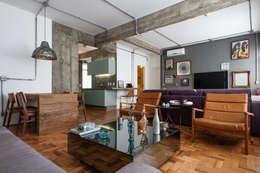 Salas / recibidores de estilo industrial por PM Arquitetura