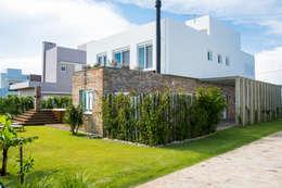 บ้านและที่อยู่อาศัย by SBARDELOTTO ARQUITETURA