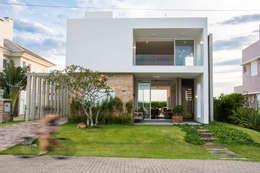 Casas de estilo moderno por SBARDELOTTO ARQUITETURA